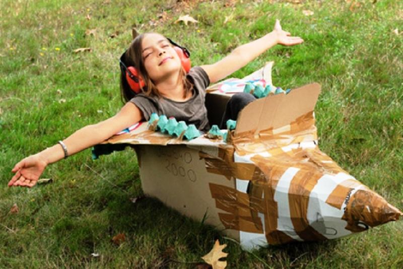 merangsang imajinasi anak