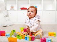 Mengajarkan Kemandirian Bayi Bayi Usia 5 Bulan